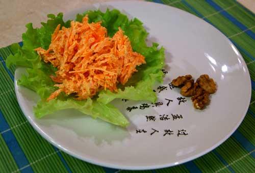 морковный салат с чесноком и орехами