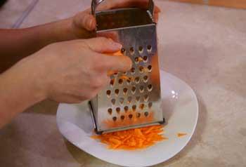 витаминный морковный салат - натираем морковь на терке